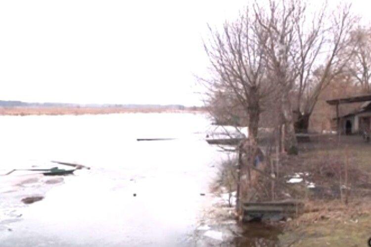 Підтоплює: на Волині вода вже підходить до людських садиб (Відео)