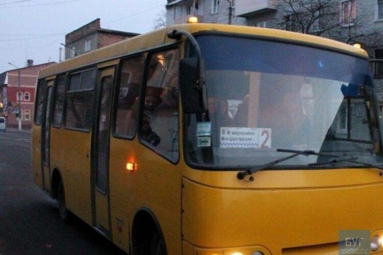 У Нововолинській міськраді заступилися за водія, який не впустив у маршрутку дідуся