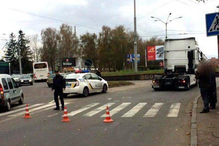 На пішохідному переході у Рівному вантажівка збила жінку