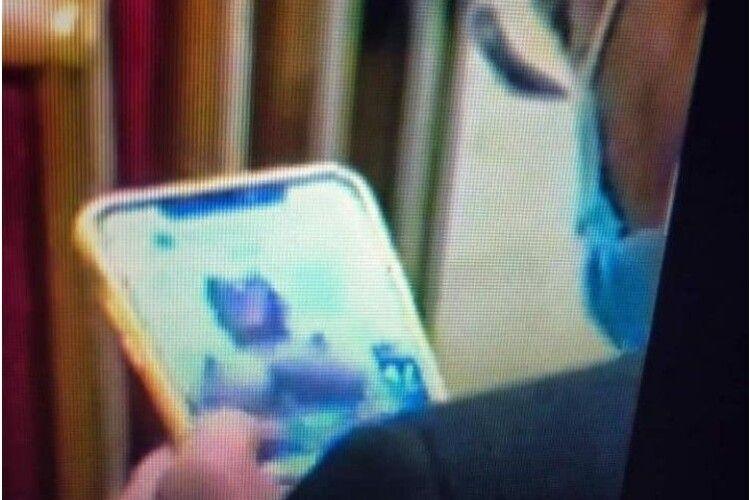 «Слуга народу» у Верховній Раді розглядав голі цицьки на смартфоні (Відео)