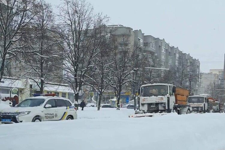 «Направляйте техніку, бо до вечора всі будуть заблоковані»: як у Луцькій громаді чистять сніг (Фото)