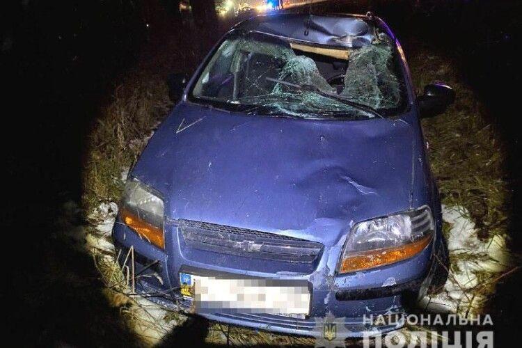 Пішохід хотів перебігти дорогу: сам  загинув, авто в кюветі (Фото. Відео)