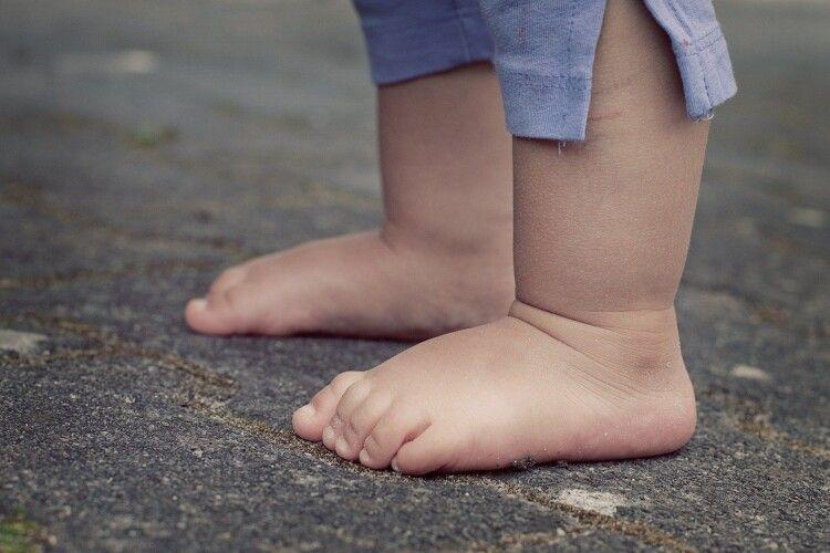 Поки матір вийшла з квартири, її трирічного сина ледь не зґвалтували