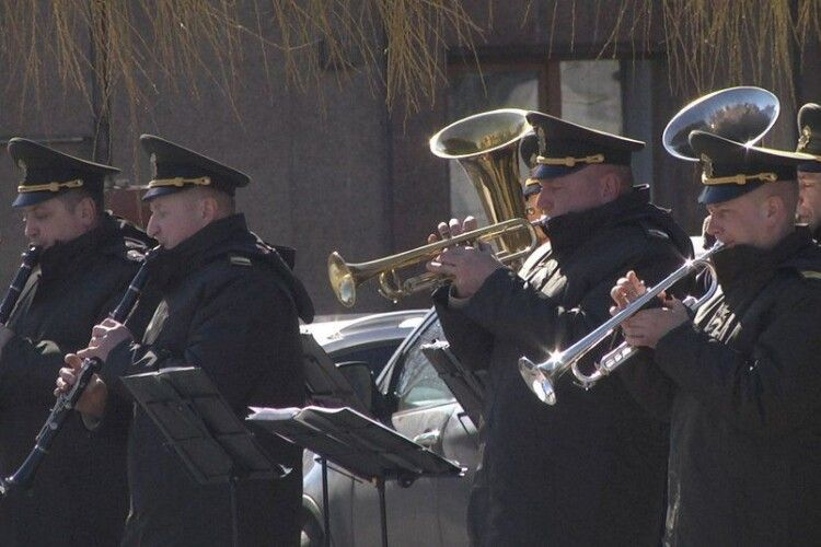 Військовий оркестр Нацгвардії грав у центрі Луцька (Відео)