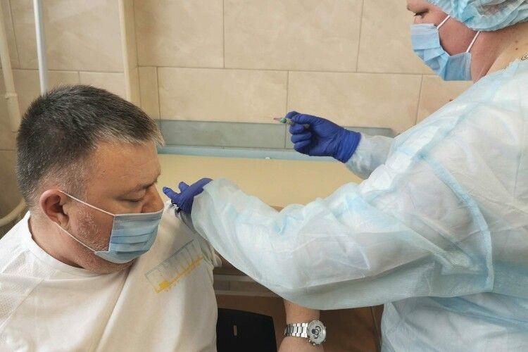 Директор Луцької поліклініки разом із дружиною вакцинувалися від коронавірусу