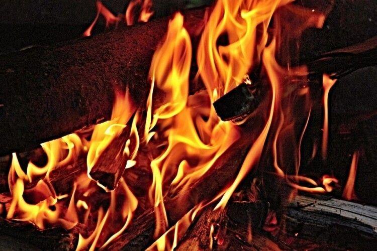 На Горохівщині чоловік встромив собі ніж у груди, а коли не помер, підпалив хату