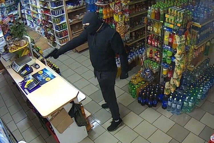 Бойовик по-волинськи: зловмисники увірвалися до магазину зі зброєю, пограбували й зірвали підвіску з продавчині