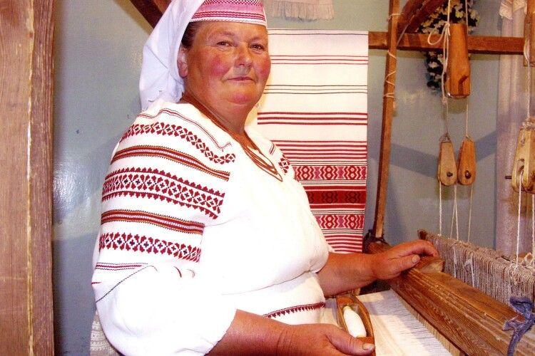 Дружина Олега Скрипки носить літник від ратнівської майстрині