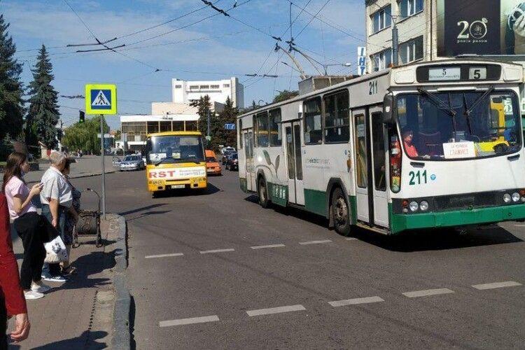 Луцькі патрульні зупиняють автобуси з пасажирами