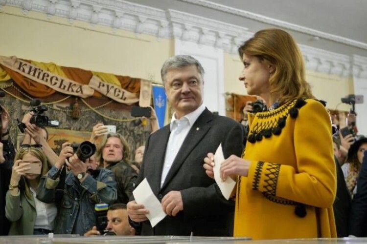 Порошенко прийшов на виборчу дільницю з дружиною,дітьми, невісткою та онуками і звернувся до українців