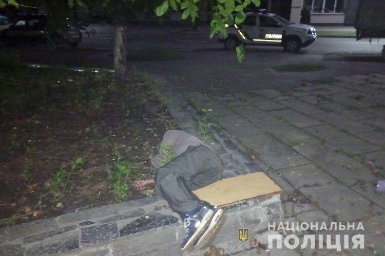 У Рівному знайшли мертвого чоловіка: просять допомогти встановити особу (Фото)