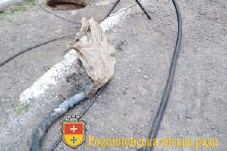 Рожищенські комунальники витягли із забитої каналізації півтораметрову клейонку