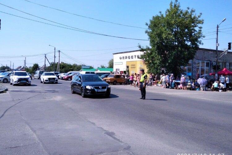 Любомльські поліцейські оперативно ліквідували затори на дорозі до Шацьких озер (Фото)