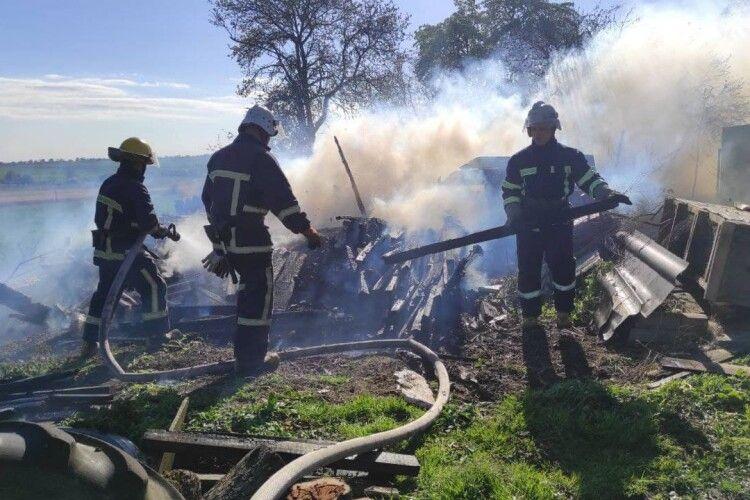 Полум'я з гаража перекинулось на літню кухню: пожежу у селі біля Луцька гасили три підрозділи