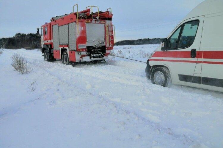 У вихідні волинські рятувальники витягнули із заметів 3 «швидкі» і 3 рейсові автобуси