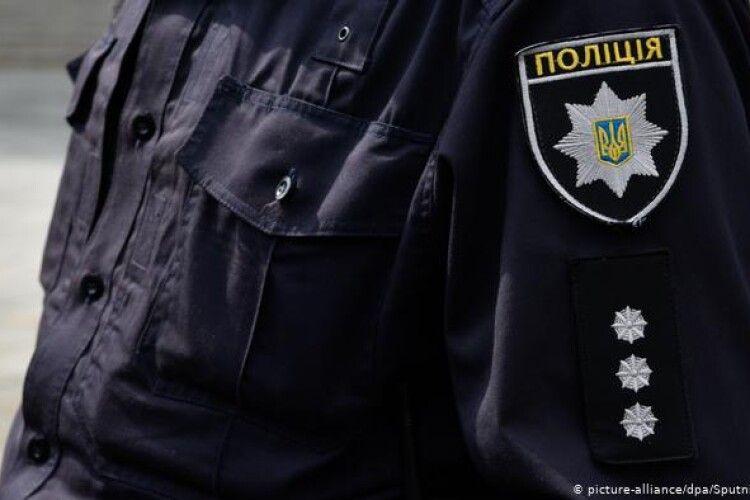 Водій вдарив поліцейського льодорубом: каже, хотів вгамувати