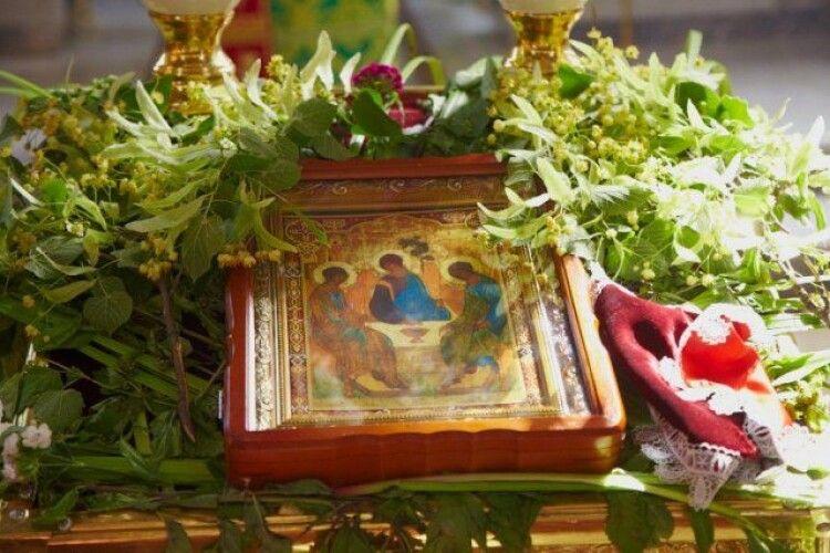 Християни відзначають День святої Трійці