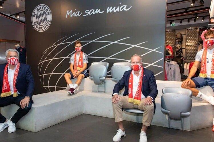 Мюнхенська «Баварія» масово перешиває клубні шалики на захисні маски (Фото)