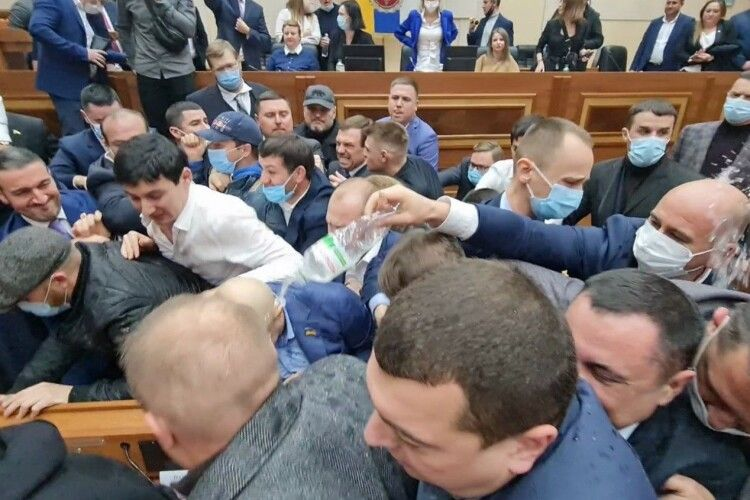 В Одесі депутати облради під крики «Янукович!» влаштували масове побоїще (Відео)