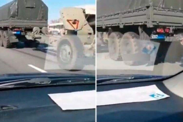 Росія везе до кордону з Україною військову техніку, маскуючи номери, – розслідувачі