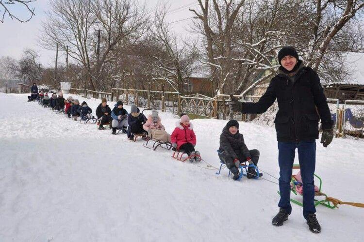 У громаді під Луцьком староста села гасав на санчатах з дітьми (Фото)