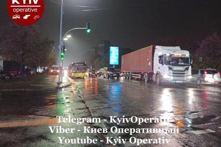 На Харківському шосе жахлива ДТП: зіткнулись 7 машин та автобус (Фото)
