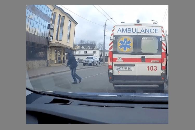 У Луцьку два п'яних переходили дорогу, аж ноги запліталися (Відео)