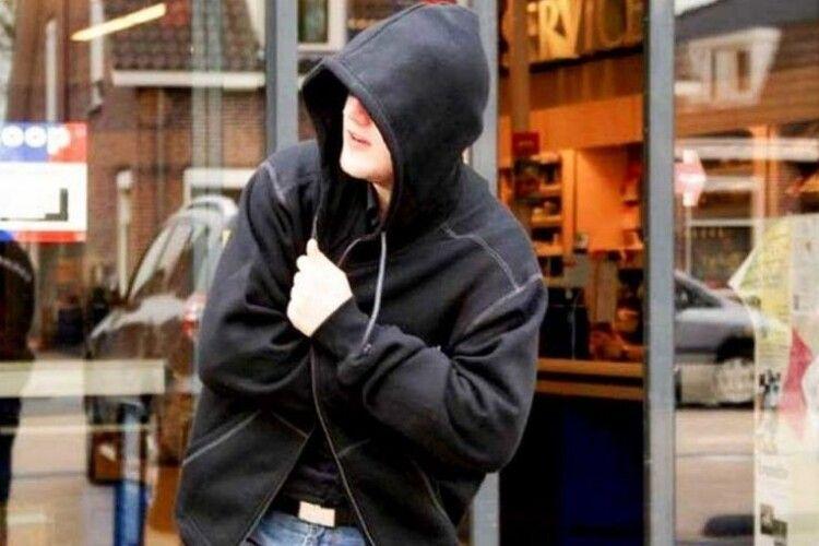 У Нововолинську злодій, втікаючи з продуктами, покусав продавчиню