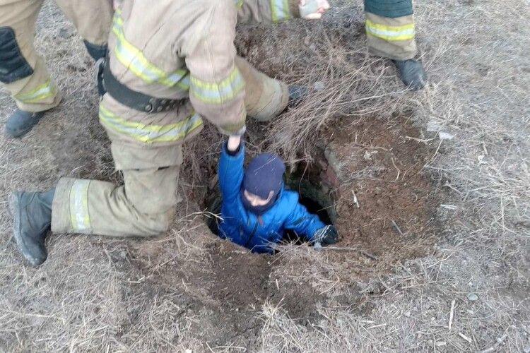 Бійці ДСНС врятували підлітка, який гепнувся в каналізаційний колодязь