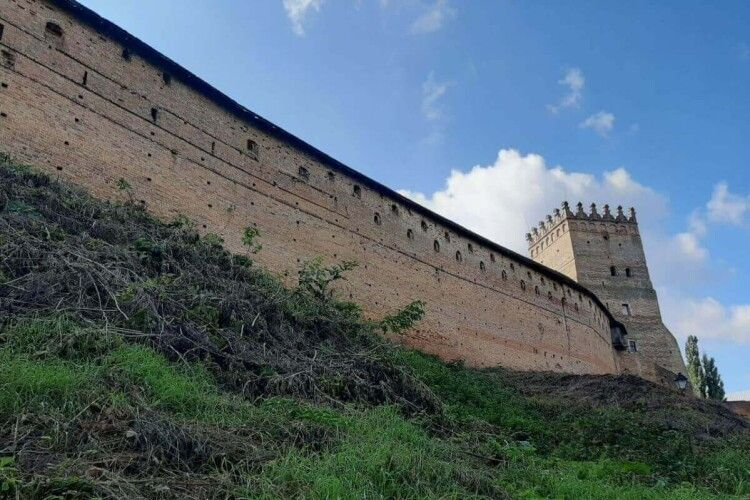 Вандали розмалювали стіни замку Любарта (Фото)