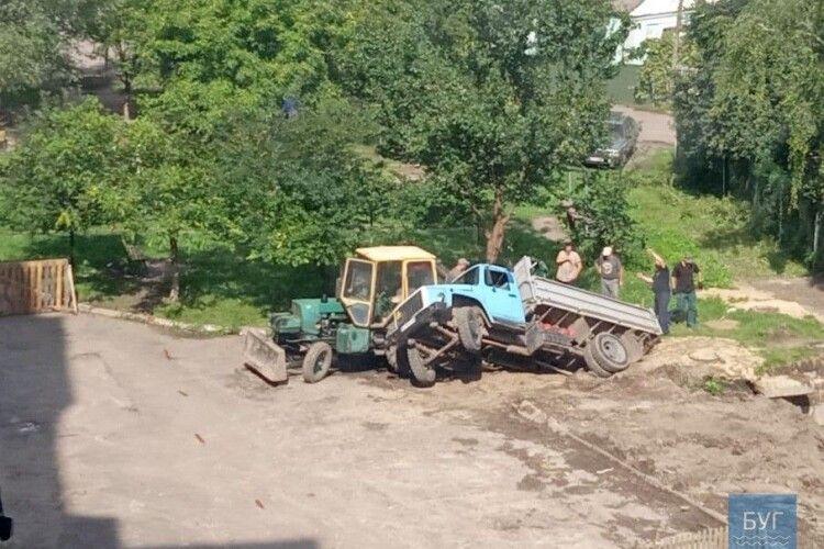 У Володимирі-Волинському під час ремонту теплотраси у ямі застрягла вантажівка
