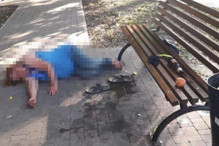 Поки мати спала під лавкою, самотній хлопчик тинявся вулицями (Фото)