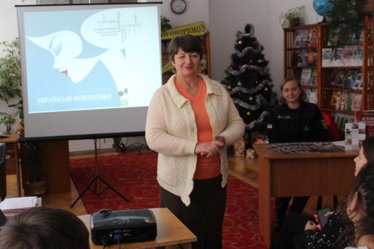 Рятувальники Волині презентували читачам бібліотеки «Словничок фемінітивів» та розповіли про жінок-пожежників
