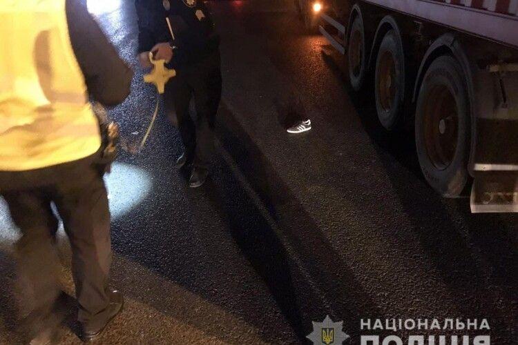 Бігли один за одним: вантажівка збила двох дітей на переході (Фото)