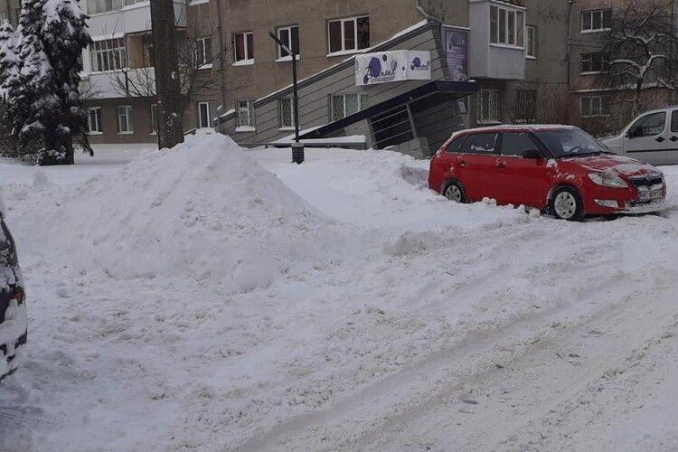 У кожного автомобіліста повинна бути лопата в машині, – лучанин закликав водіїв чистити сніг