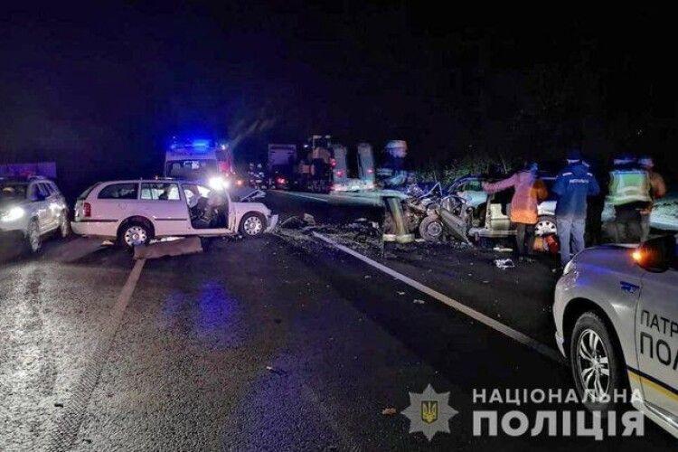 Двоє людей загинули, ще четверо, зокрема двоє дітей, постраждали внаслідок ДТП на Хмельниччині