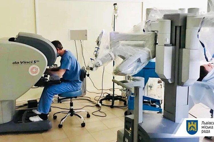 У львівській лікарні, якою керує волинянин, вперше робот прооперував людину (Фото)