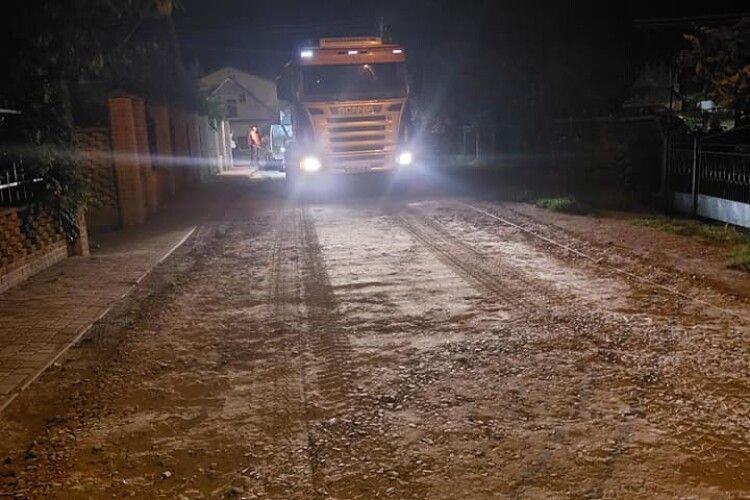 На одній з вулиць на околиці Луцька нарешті почали ремонтувати дорогу (Відео)