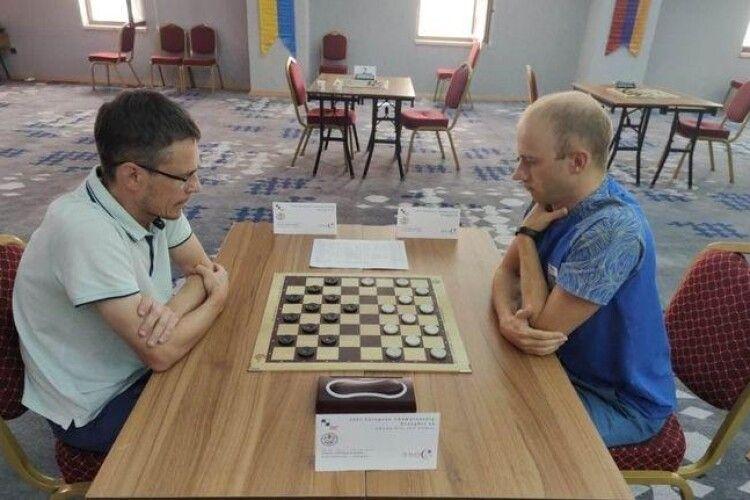 Українець взув трьох росіян і став чемпіоном Європи з шашок