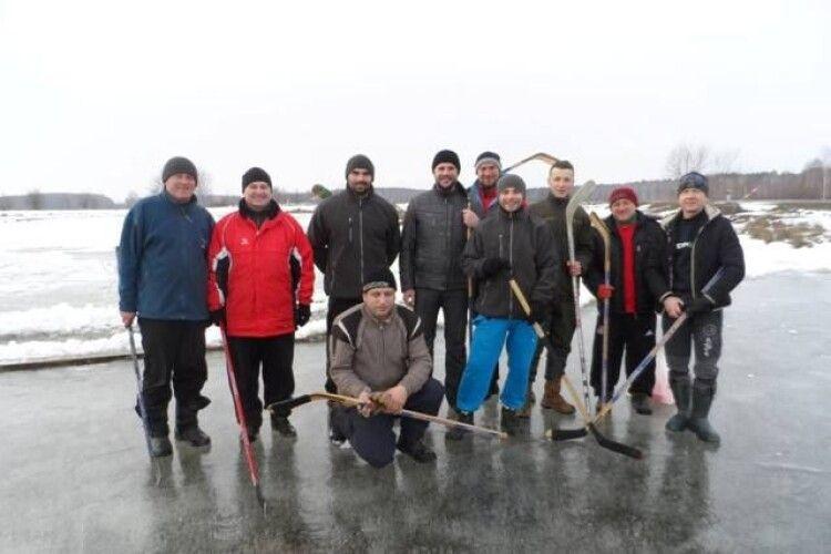 Цих чоловіків із Любешівщини єднає хокей