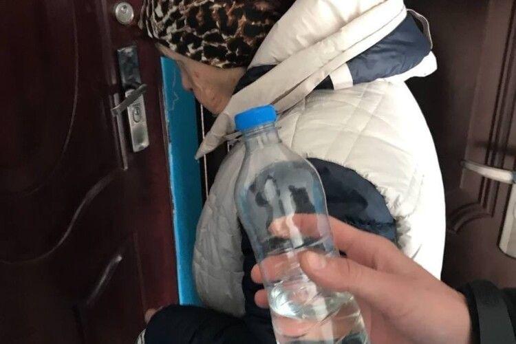 До 13600 гривень штрафу: у Луцьку жінка продавала вдома сурогатний алкоголь