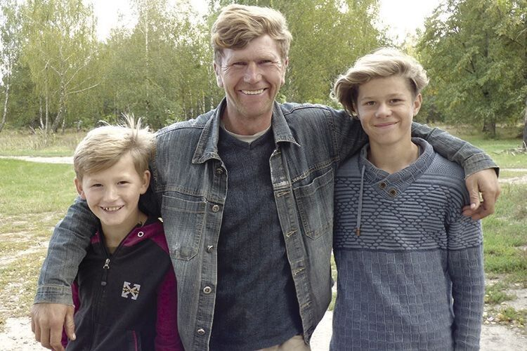 Волинський Бандера зняв сережку звуха, обрізав волосся ісам виховує синів (Фото, відео)