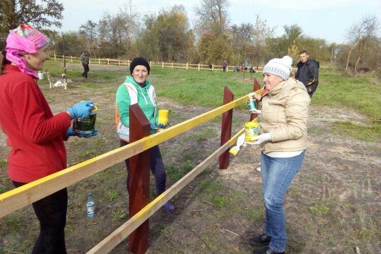 У селі Шацької ОТГ громада працює на новий спортмайданчик