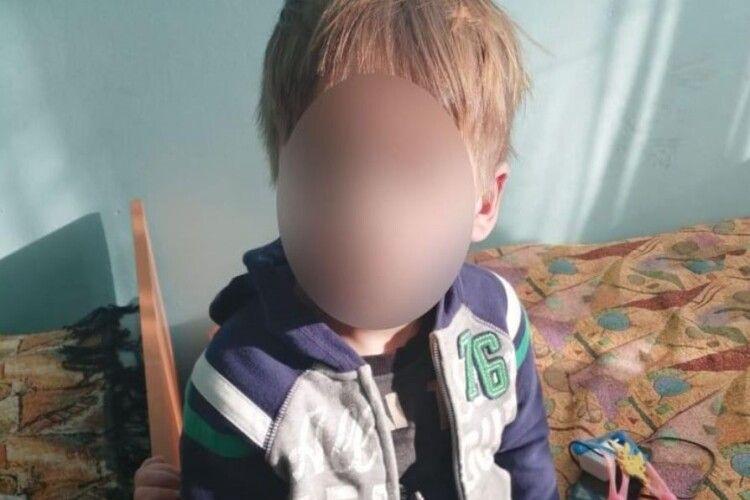 24-річна українка забула про дітей: двоє хлопчиків майже добу прожили в неопалювальній квартирі без їжі (Фото)