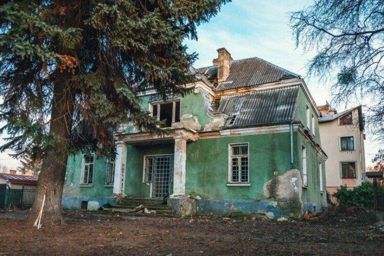 «Не можна просто залазити в бульдозер і викидати водія»: мер Луцька прокоментував знищення старовинного будинку