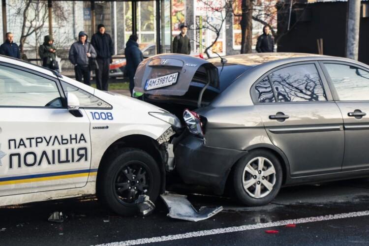 Патрульні протаранили Hyundai, водій з пасажирами намагалися провчити копів