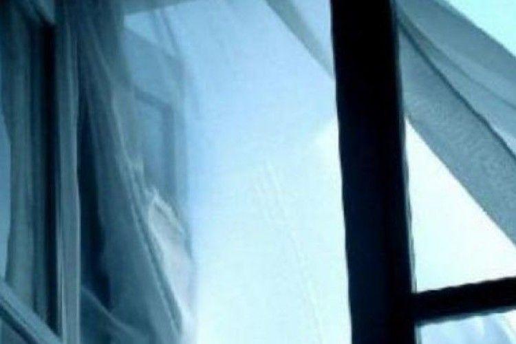Чотирирічна дівчинка впала з висоти  дев'ятого поверху і вижила
