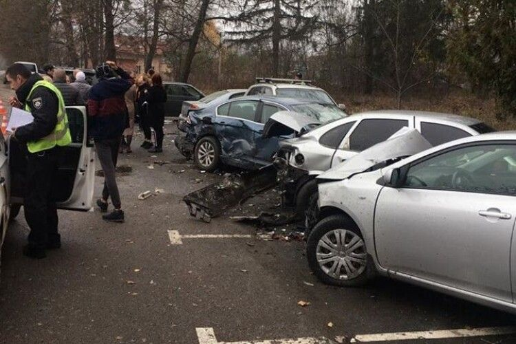 Водійка джипа в'їхала в парковку, пошкодивши п'ять автомобілів