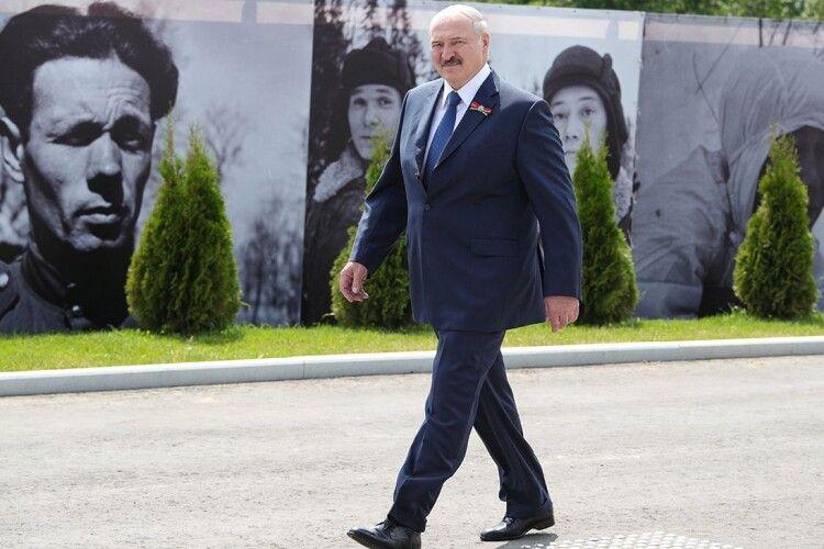 Нічого навіть не відчув: Лукашенко на ногах переніс коронавірус
