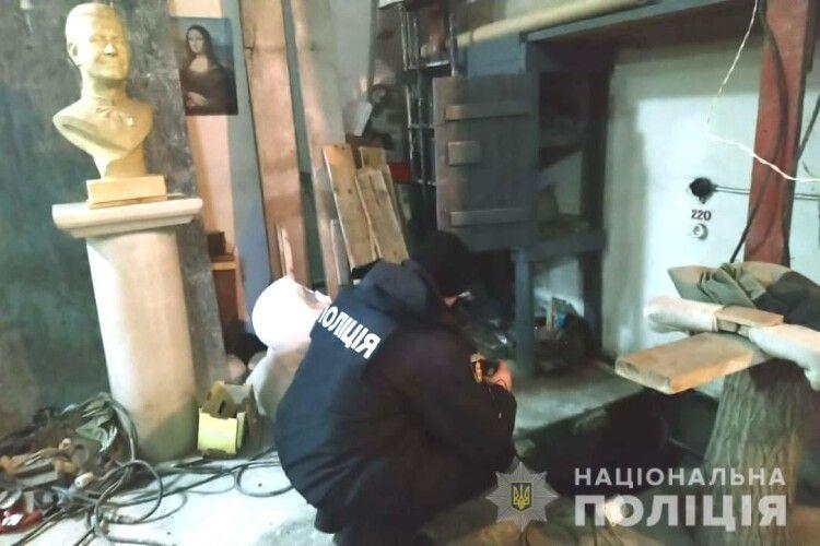 На Рівненщині поліцейські відкопали у майстерні скульптора тіло жінки